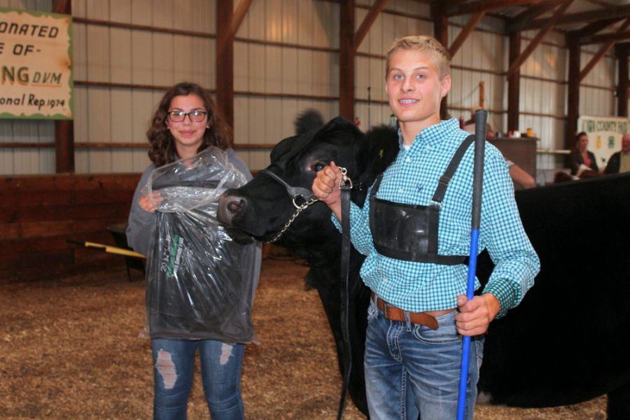 Ross Lindsey receiving Award for his Grand Champion Steer